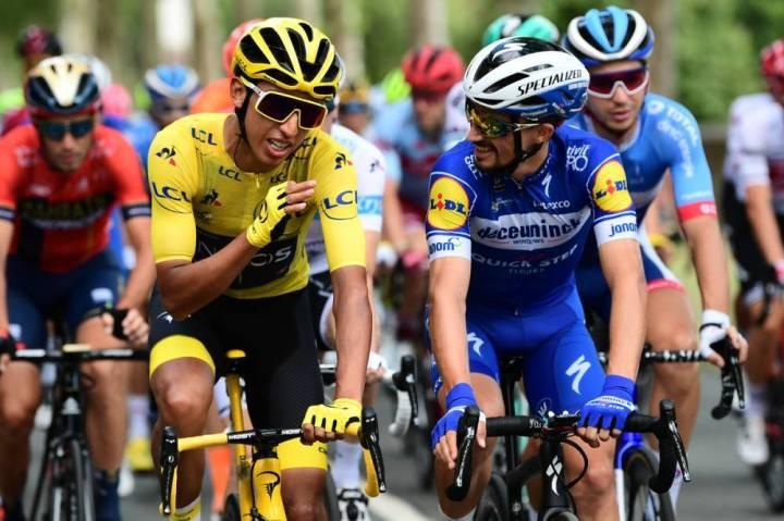 Egan Bernal (amarillo) y Julian Alaphilippe (azul).